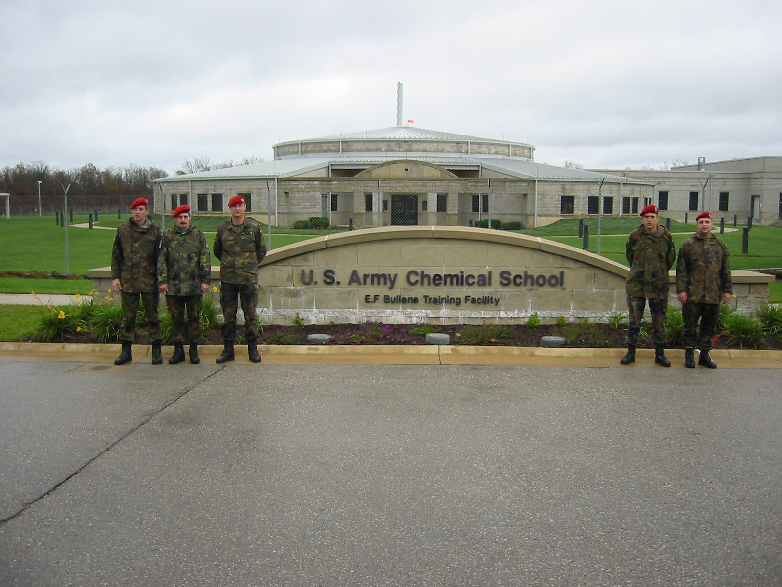 5 Soldaten vor der U.S. Army Chemical School